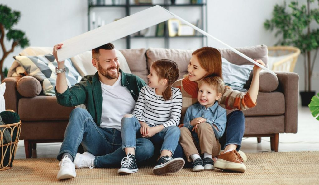 Une famille ayant un projet habitat et maison